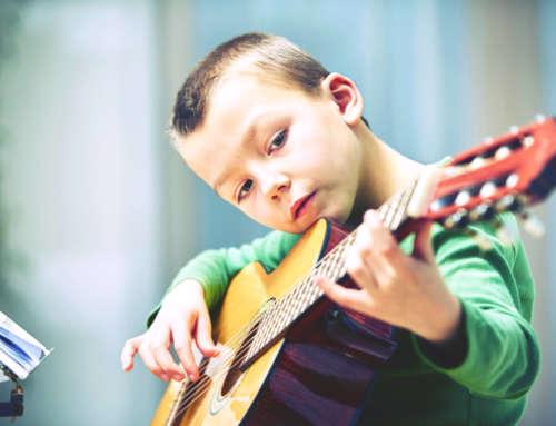 """Kinder lernen Gitarre – die Wahl des """"richtigen"""" Instruments"""