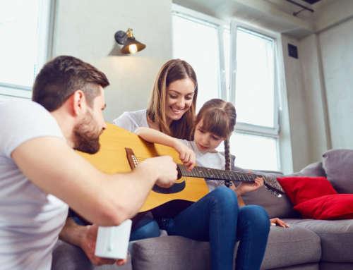 Kinder lernen Gitarre – wie du die richtige Überoutine für dein Kind findest